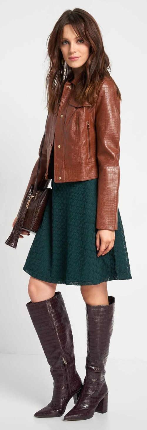 Podzimní zelené krajkové šaty k vysokým kozačkám