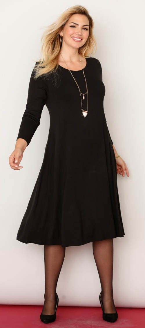 Volné černé midi šaty pro plnější tvary