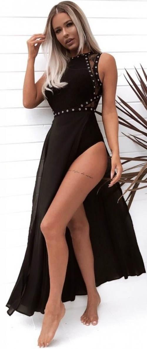 Černé večerní šaty odhalující celé stehno