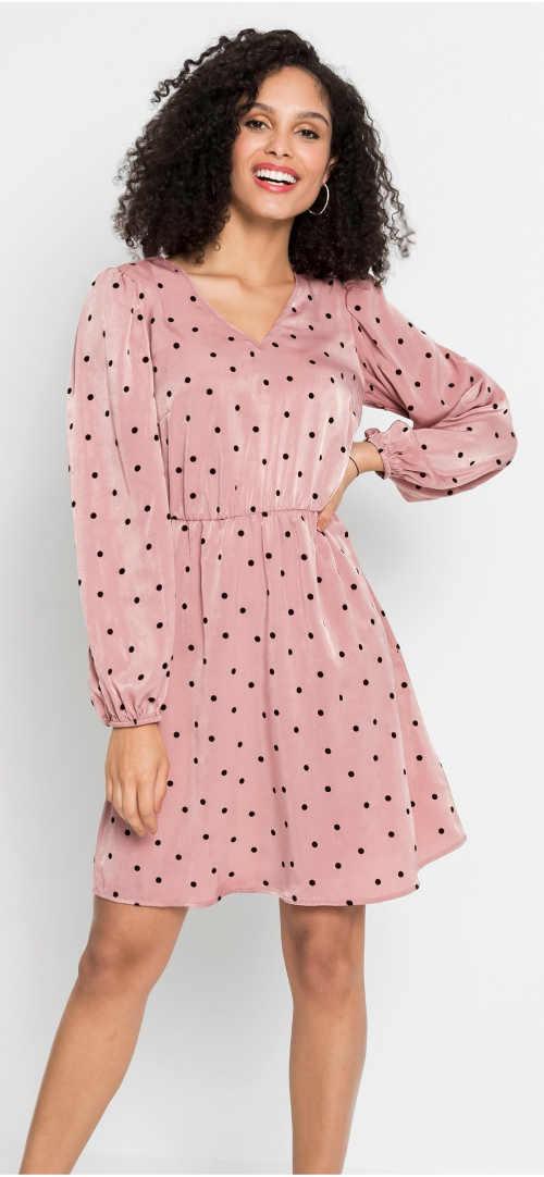 Růžové dámské šaty s drobnými černými puntíky