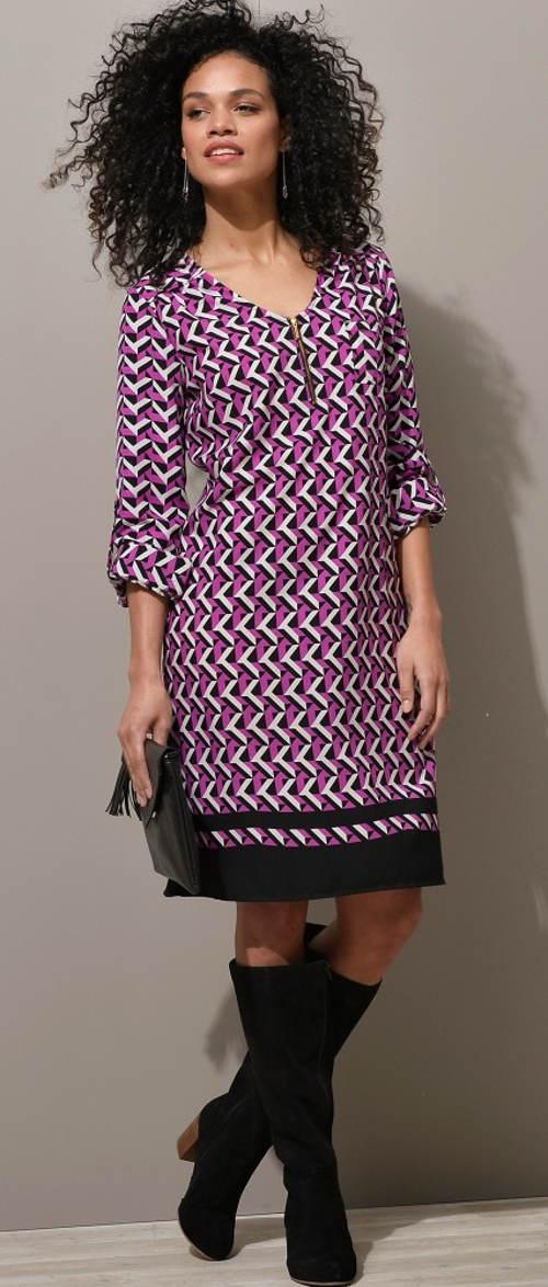 Fialové dámské šaty s geometrickým vzorem
