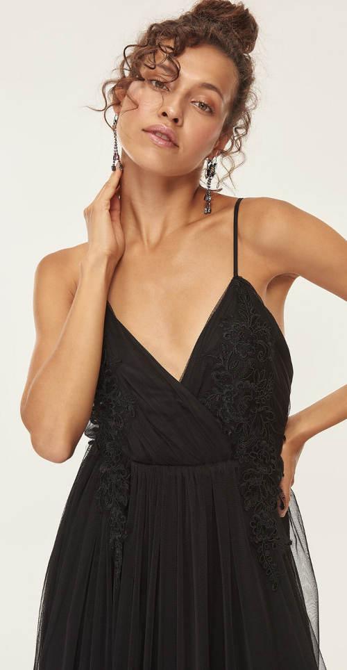 Květinová krajka na košíčcích černých šatů