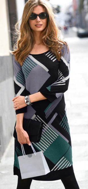 Úpletové dámské šaty s výrazným geometrickým vzorem