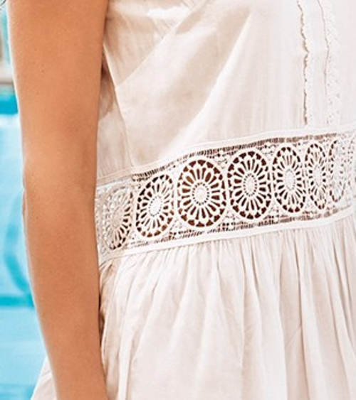 Dámské šaty s vsadkami z háčkované krajky