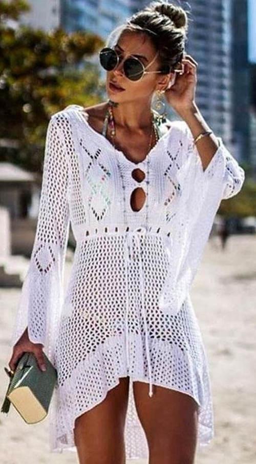 Bílé háčkované plážové šaty s dlouhými širokými rukávy
