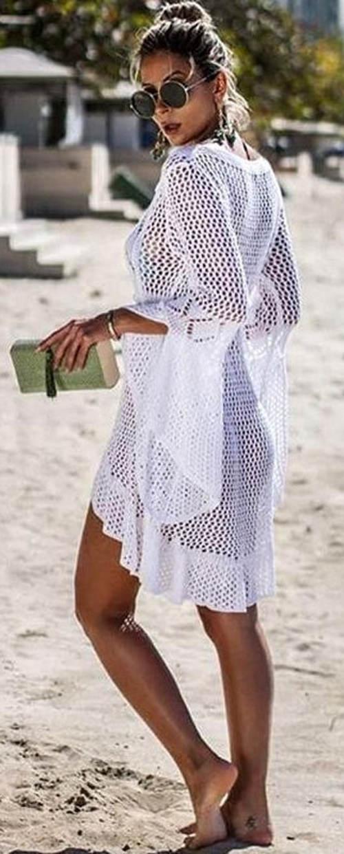 Bílé háčkované šaty přes plavky