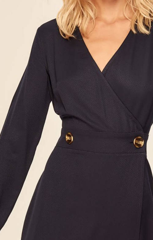 Krátké šaty zavinovacího střihu