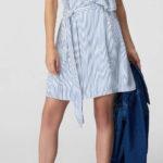 Pruhované modrobílé letní šaty se zavinovacím volánem