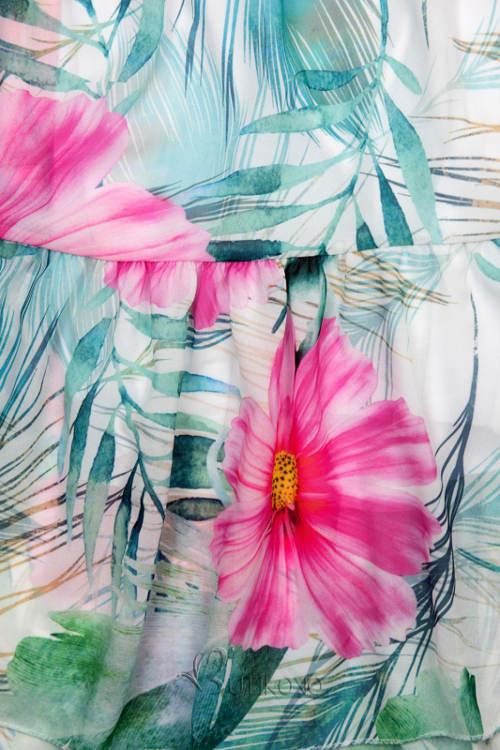 Výrazný květinový potisk šatů