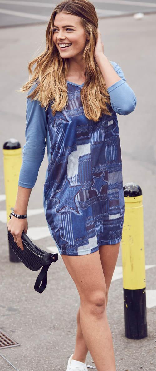 Krátké modré dámské šaty s potiskem na přední straně