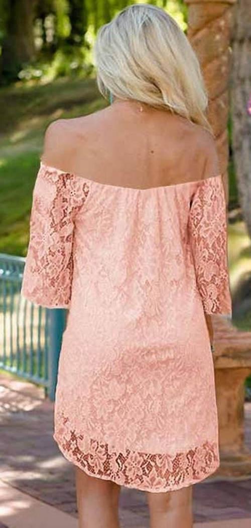 Růžové krajkové šaty se spadlými rukávy