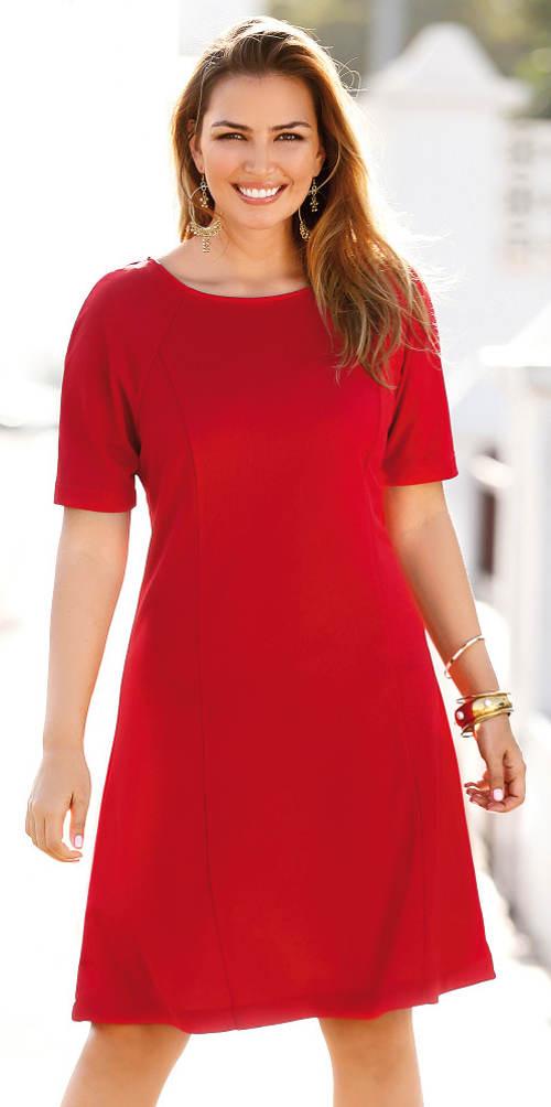 Červené šaty pro silnější postavy