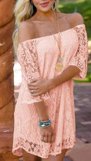 Krátké broskvové krajkové dámské šaty