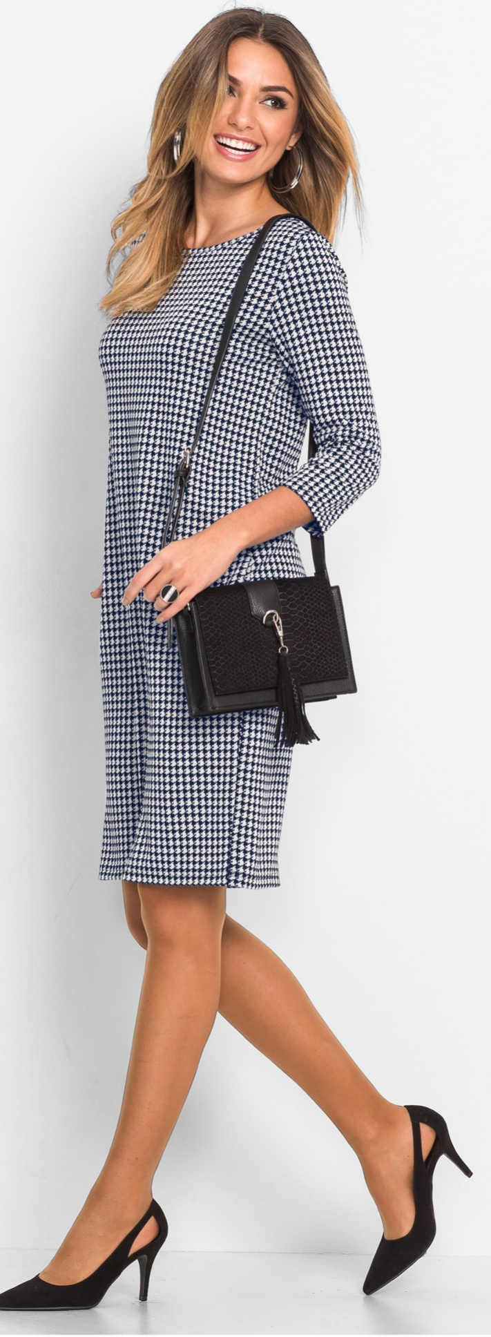 Černobilé kostkované úpletové šaty