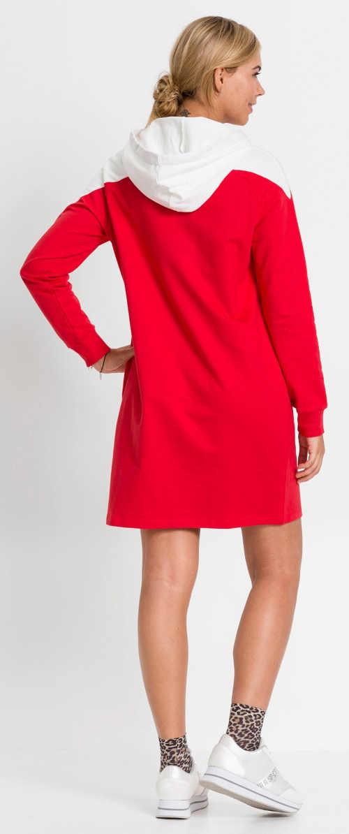 Červené dámské šaty s bílou kapucí