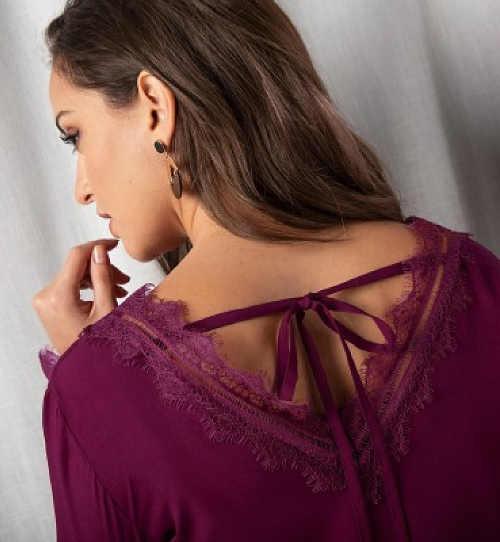 Fialové šaty s vázačkou za krkem