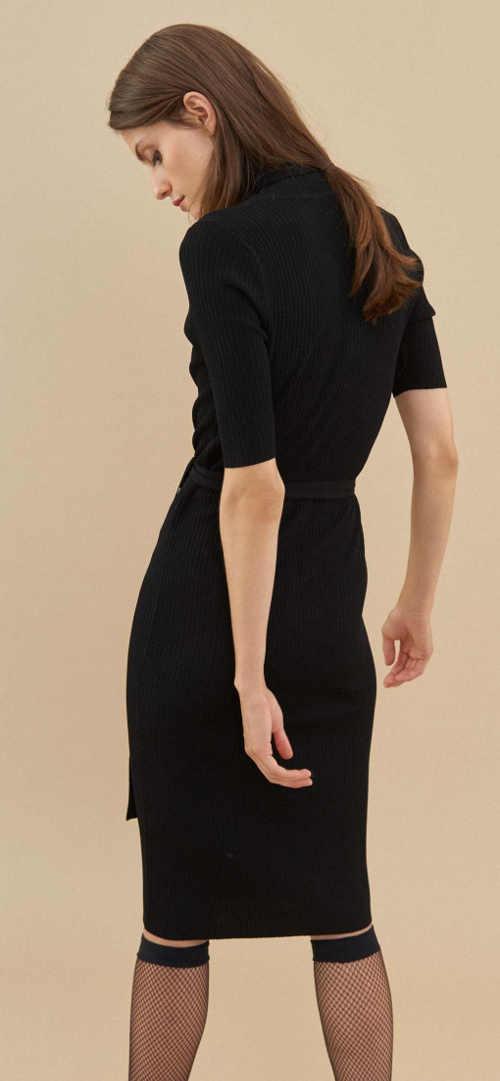Úplé černé dámské šaty s délkou ke kolenům