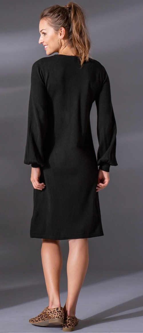 Volné úpletové dámské šaty s délkou po kolena