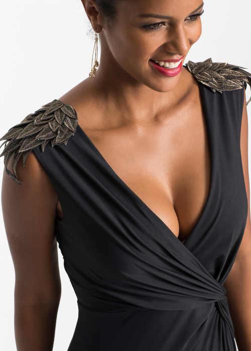 Černé večerní šaty s ozdobou na ramenou