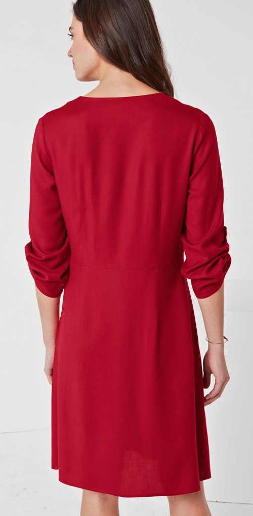 Jednobarevné červené šaty s ohrnovacími tříčtvrtečními rukávy