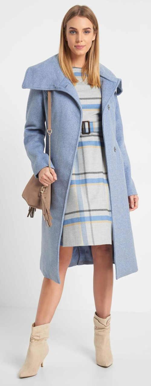 Karované dámské šaty pod jednobarevný kabát