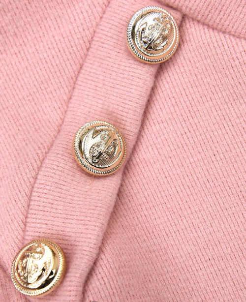 Růžové úpletové šaty s ozdobnými knoflíky na ramenou