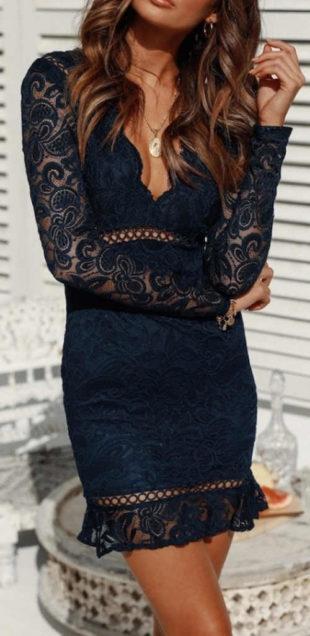 Tmavě modré plesové krajkové šaty s průhlednými rukávy
