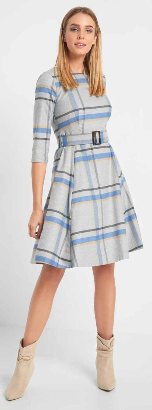 Volné kárované šaty s páskem