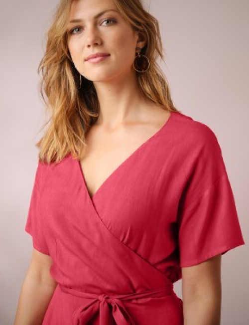 Korálové dámské šaty s překřížením ve výstřihu