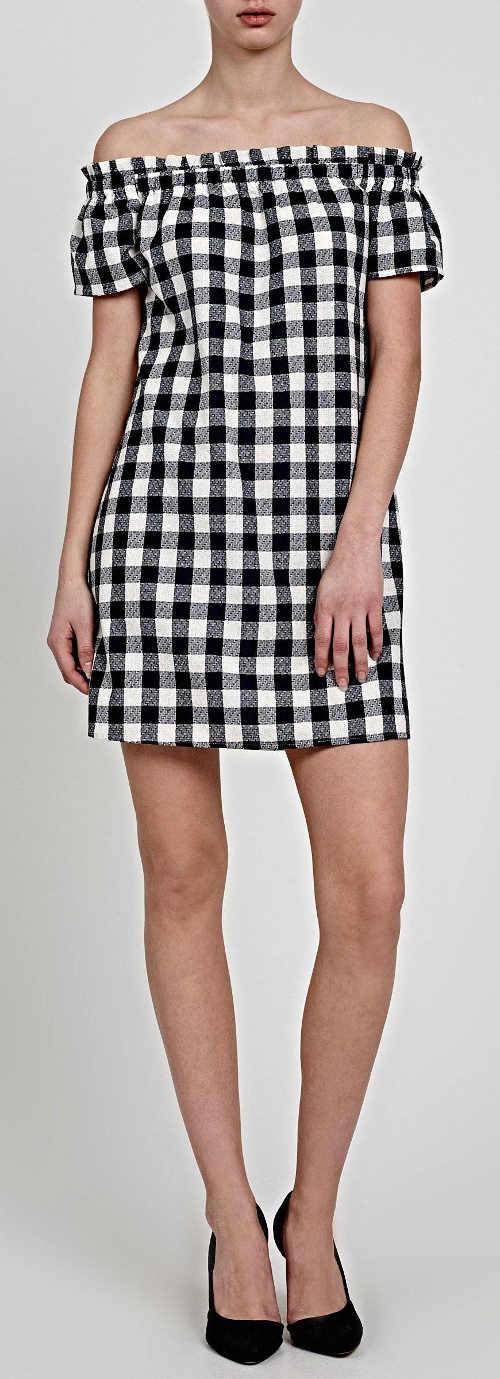 Kostkované černobílé krátké šaty s odhalenými rameny