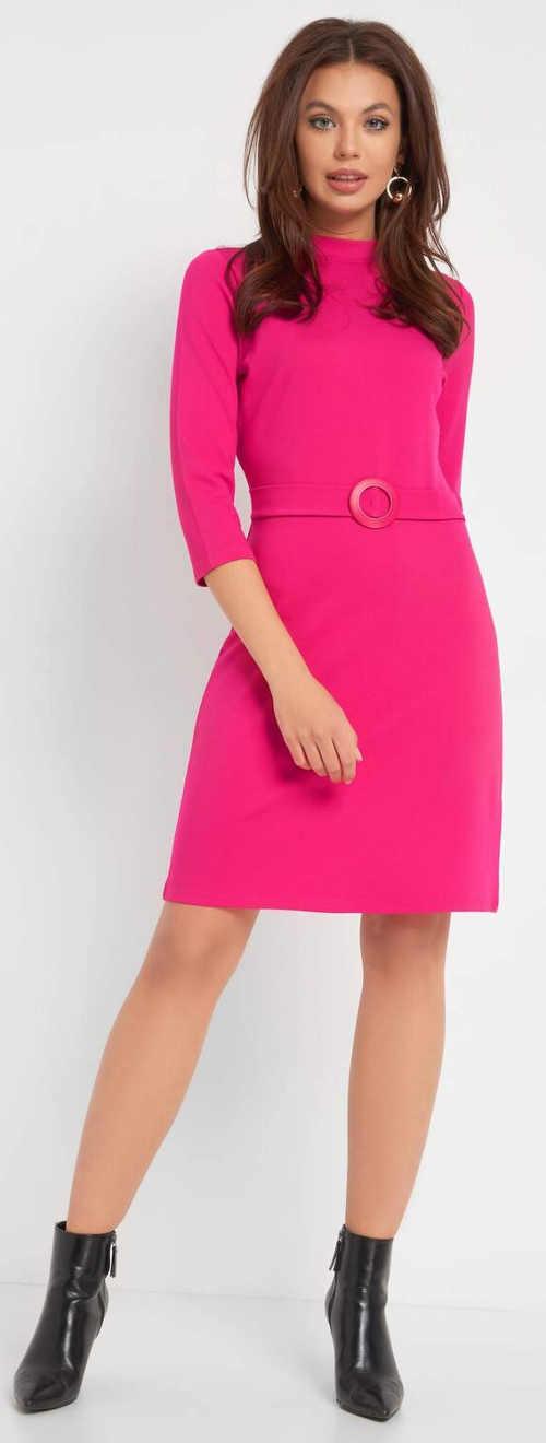 Růžové dámské šaty s opaskem s kulatou přezkou