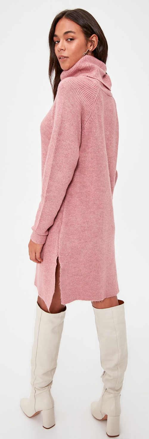 Růžové zimní šaty k vysokým kozačkám