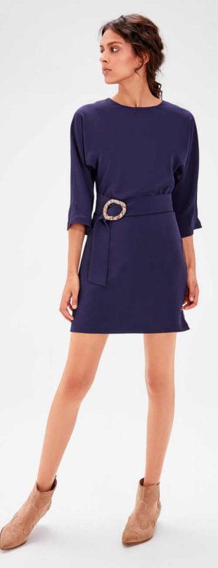 Tmavě modré krátké společenské šaty s páskem se sponou