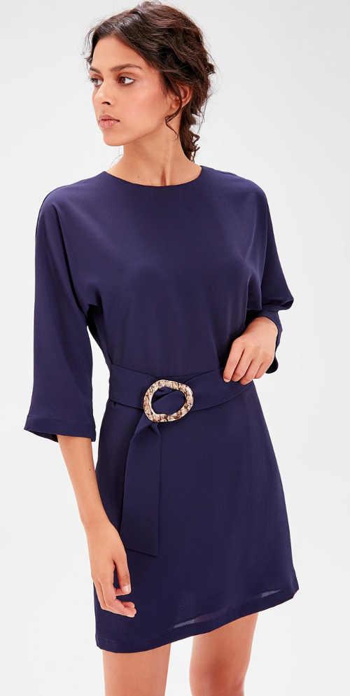 Zlevněné dámské šaty s ozdobnou sponou