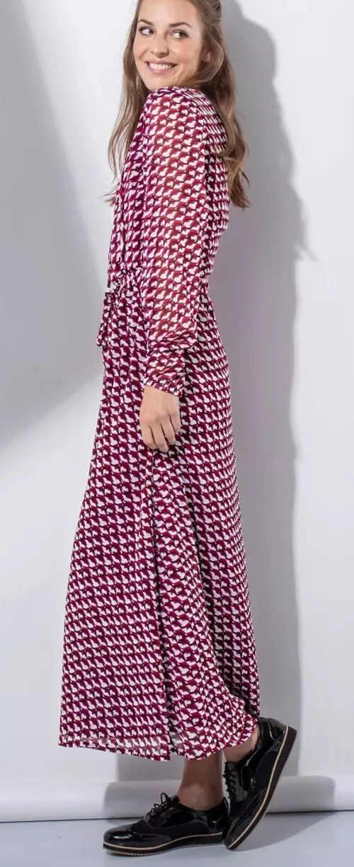Dlouhé dámské šaty s přestřižením v pase