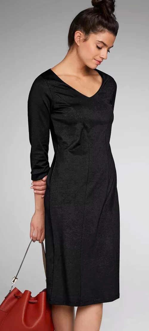 Jednobarevné černé šaty se zeštíhlujícím efektem