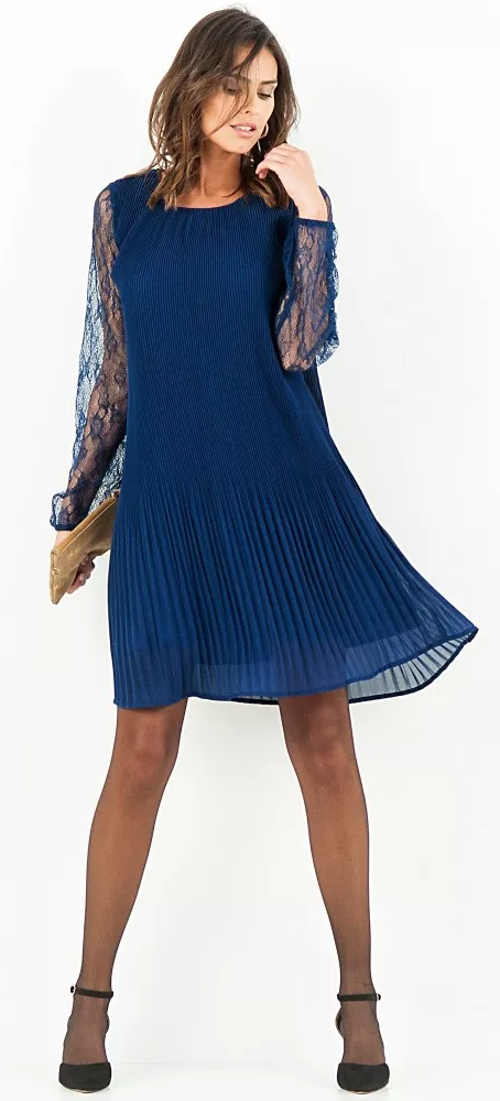 Modré plisované šaty s krajkovými rukávy