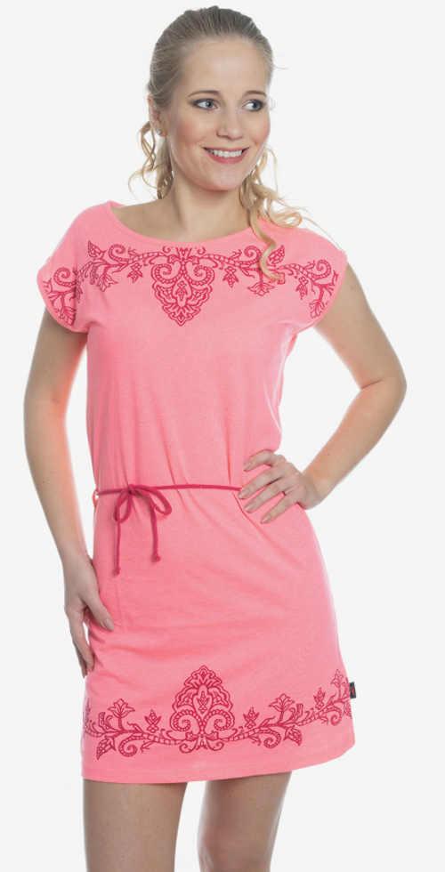 Růžové letní šaty s vyšívaným ornamentem
