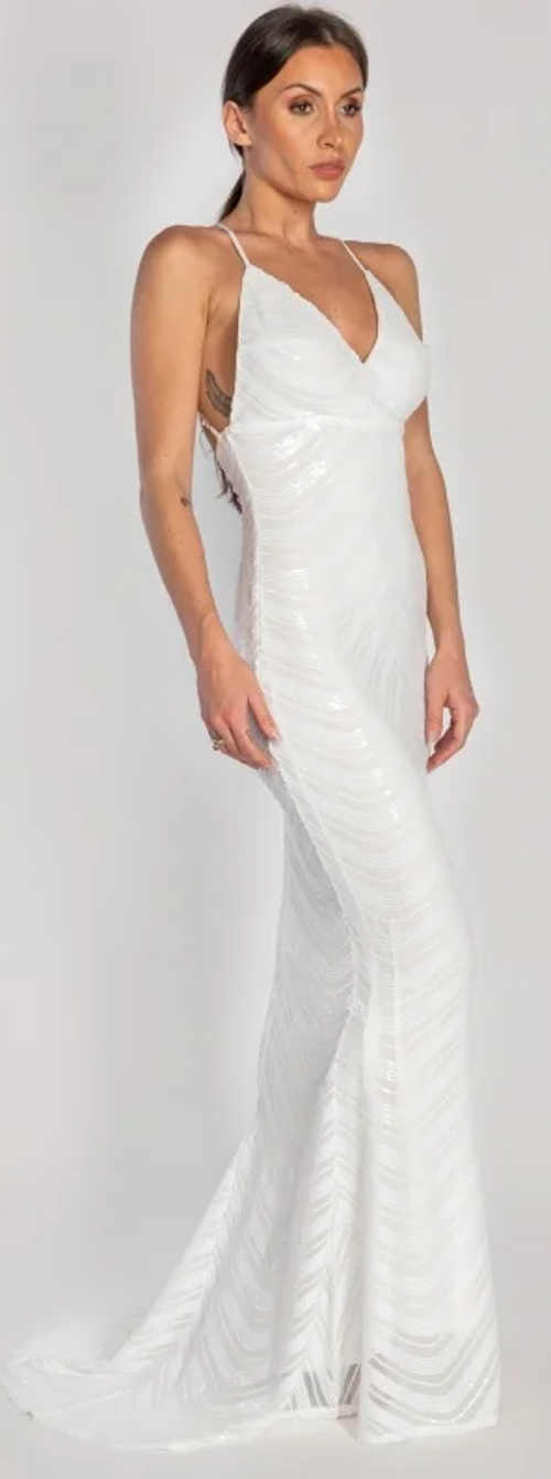 Svatební šaty s vlečkou na tenká ramínka