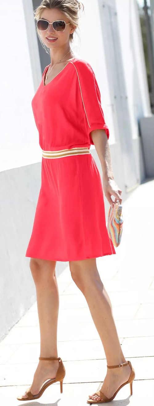 Jednobarevné letní společenské šaty se zlatou lemovkou