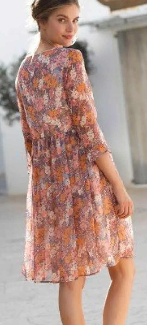 Lehké letní šaty pro plnější tvary