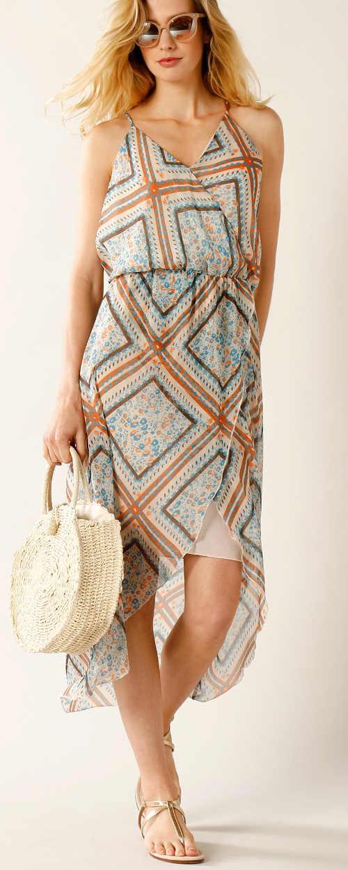 Dlouhé dámské šaty v působivém asymetrickém střihu