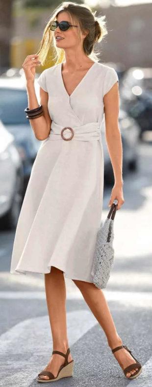 Krémové zavinovací letní šaty se sponou v pase