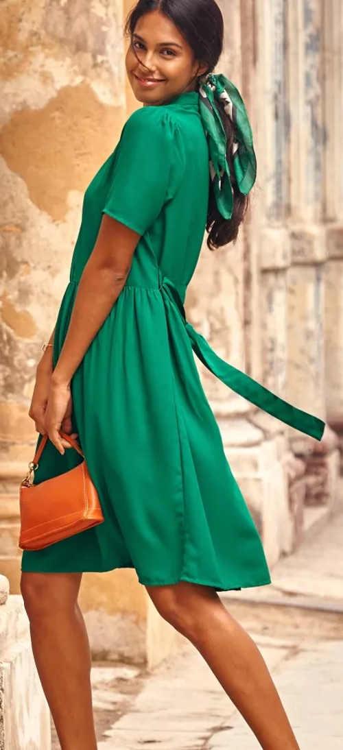 Jednobarevné zelené letní šaty s krátkým rukávem