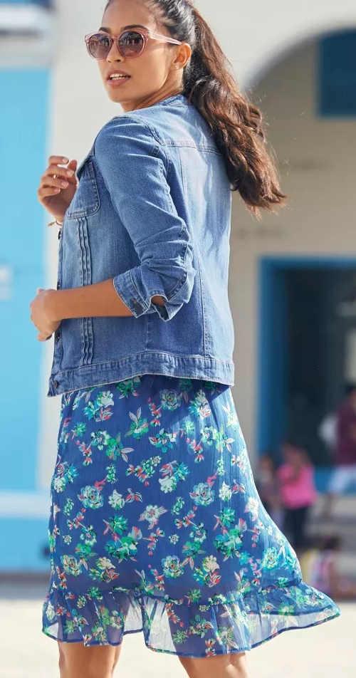 Modré květované dámské šaty s volánky na sukni