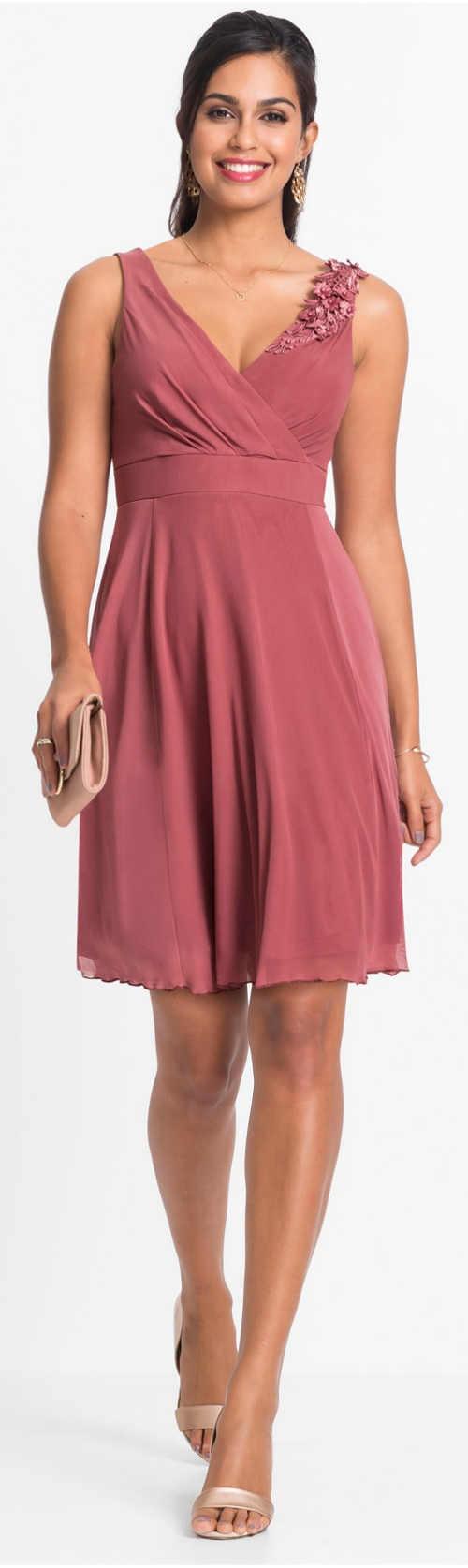 Růžové dámské společenské šaty s krajkovou aplikaci