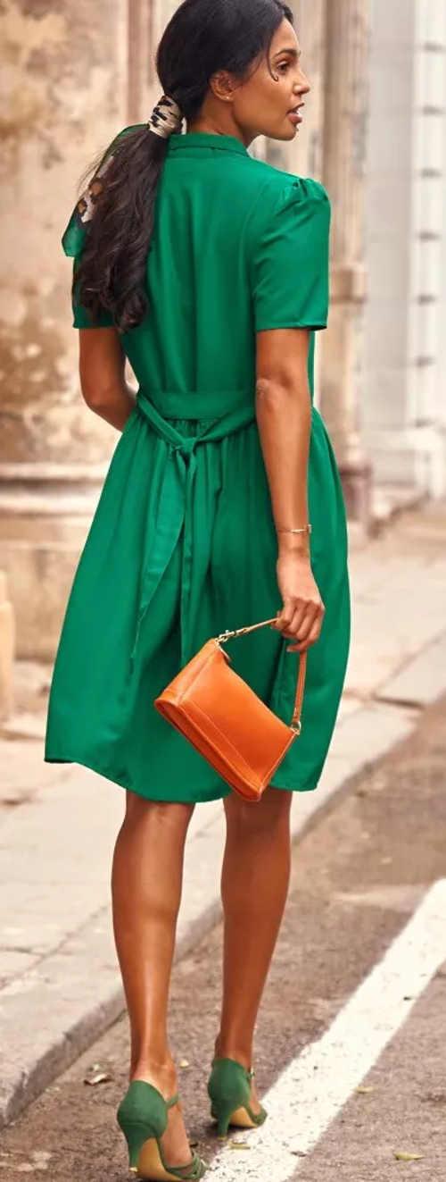 Šaty s páskem uvazovaným vzadu na mašličku