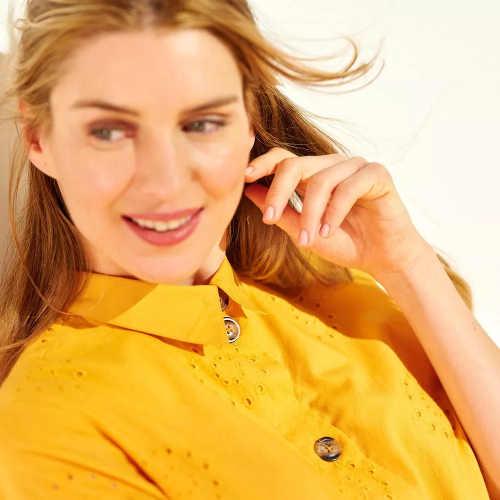 Zářivě žluté dámské šaty s límečkem