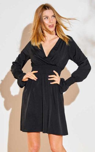 Elegantní černé šaty s výstřihem a žabičkovým detailem