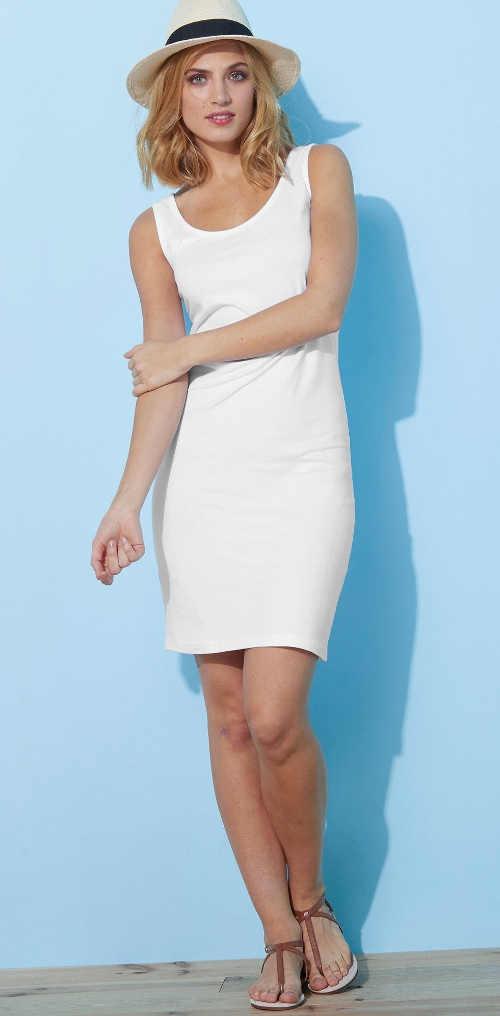 Jednobarevné šaty v bílém, černém či šedém provedení